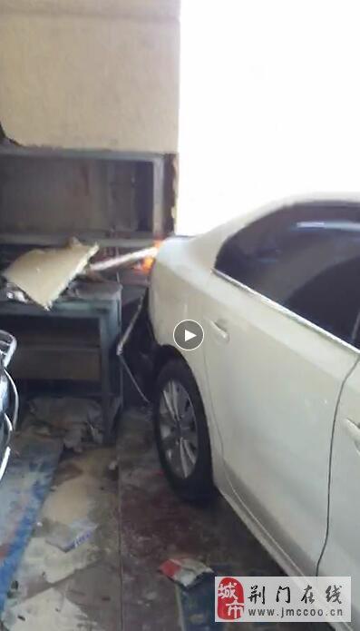 荆门凯旋弯一小车开进一家汽修店