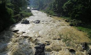 昨天下午条河还是大晴天,上游突发山洪