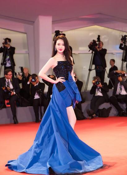 9月9日,戚薇赴威尼斯走红毯,一袭宝蓝色裙子衬得她妩媚又不失气场!