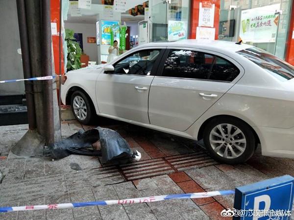 9月11日晚,一辆白色轿车冲上人行道,导致一店铺受损,一路人受伤