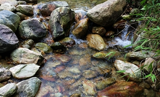 清澈的乡间溪流