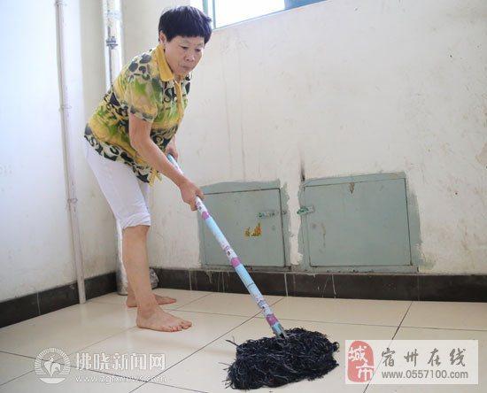 宿城同科小区有个赤脚保洁员