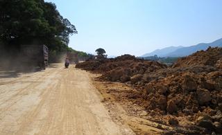 坪上尖田村溪坝路正在扩修,过往车辆注意安全