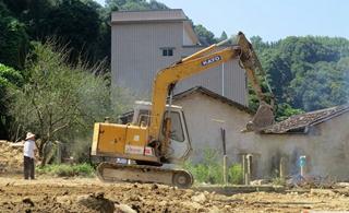 坪上石内潭角村打造新农村的人居环境施工中