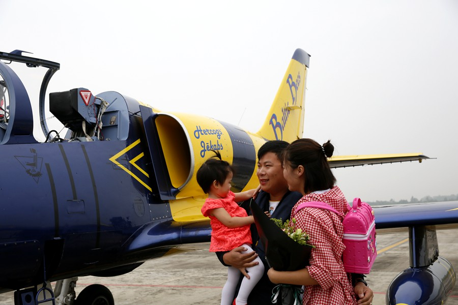 波罗的海蜜蜂飞行队队员德阳籍陈鹏此次驾驶1号飞机,率先着陆广汉机场
