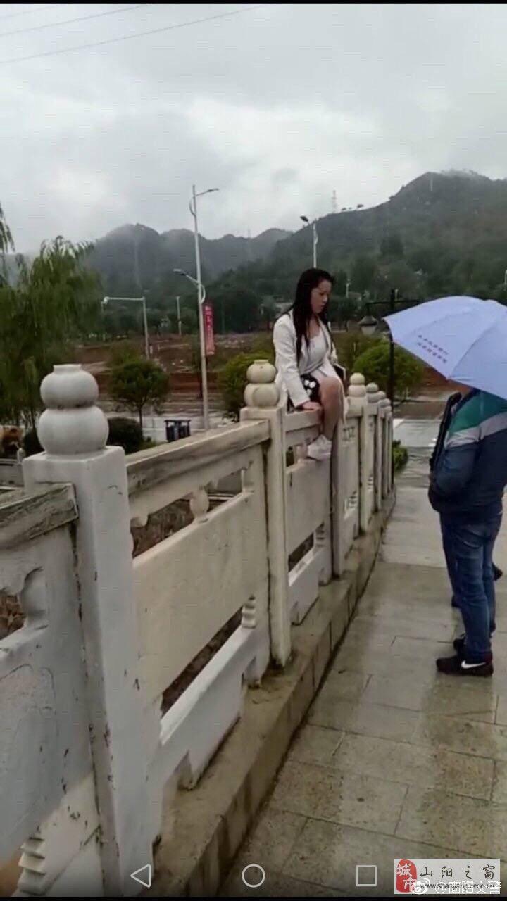 山阳交警联合安全检查站人员成功解求一轻生妇女