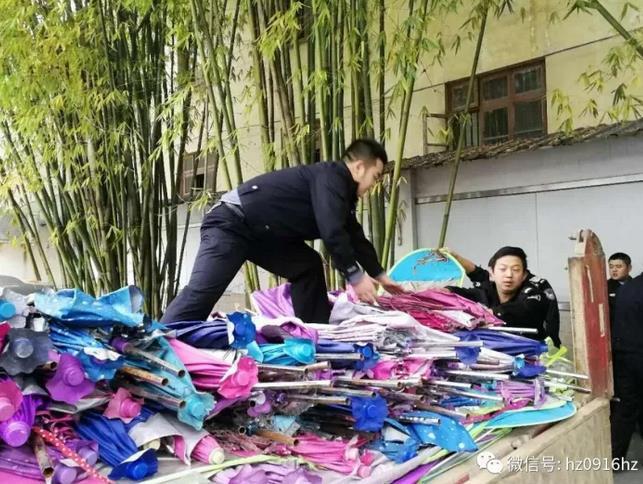 汉中交警集中销毁收缴的15000余把遮阳伞