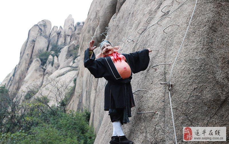 嵖岈山风景区位于河南省驻马店市遂平县境内,系伏牛山东缘余脉,因山势