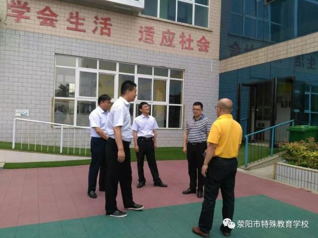 荥阳市邮政局的负责人带领邮政爱心人士走进荥阳市特殊教育学校,看望