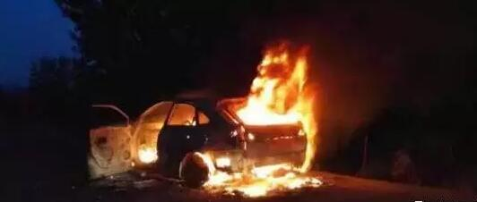 悲催,荆门一凯迪拉克车接亲途中不慎烧毁成空壳