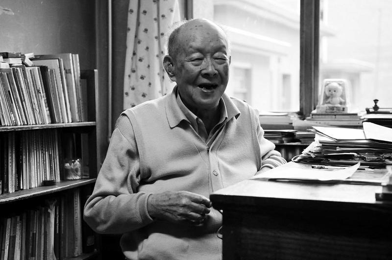 1月14日,我国著名语言学家、汉语拼音之父周有光去世,享年112岁。 周有光1906年出生,早年专攻经济,近50岁时半路出家,参与设计汉语拼音方案,被誉为汉语拼音之父。就在昨天,周有光先生刚刚过了112岁生日。 周有光身上的标签实在太多:作家沈从文的连襟、才女张允和的丈夫、经济学家、语言学家。有评价称,周有光一辈子活出了别人几辈子。他的一生分了几个阶段:50岁以前是银行家;50岁到85岁,是语言文字学家,精力都倾注在语言文学领域;85岁以后,是思想家。 半路出家从经济学家到语言学家 十岁时