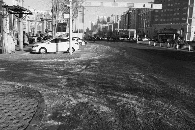 卜奎南大街与南马路交叉口冰面连绵