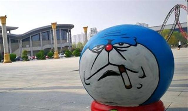 无脸人,可爱的机器猫,马里奥等一组组妙趣横生的井盖,挡车石球出现在