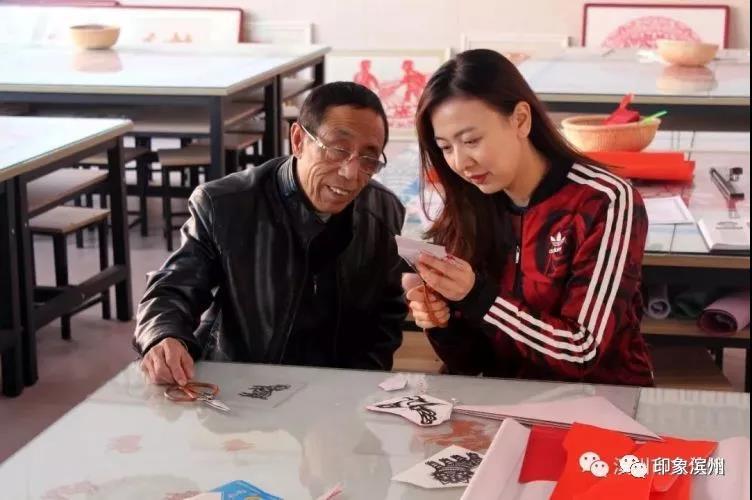 在滨州,有一位老师用剪刀打造了一间剪纸教室