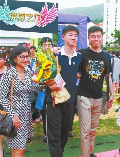 """斗门一中为学生举办""""成人礼"""" 鼓励1100多名高三学生掌握人生航向"""