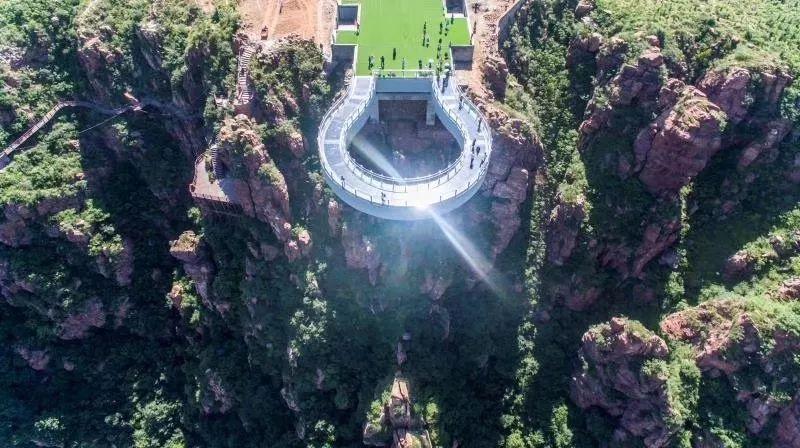 河南百家自媒体探秘伏羲山玻璃环廊,360米空中邂逅世界杯足球女神!