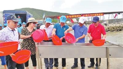 珠海市举行增殖放流活动 两千万尾优质斑节虾苗放归大海