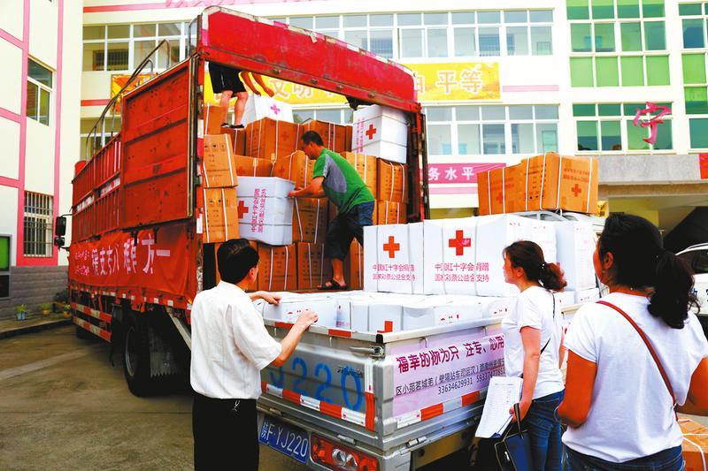 陕西省红十字会向威尼斯人网上娱乐平台宁强县捐赠350个家庭救助包