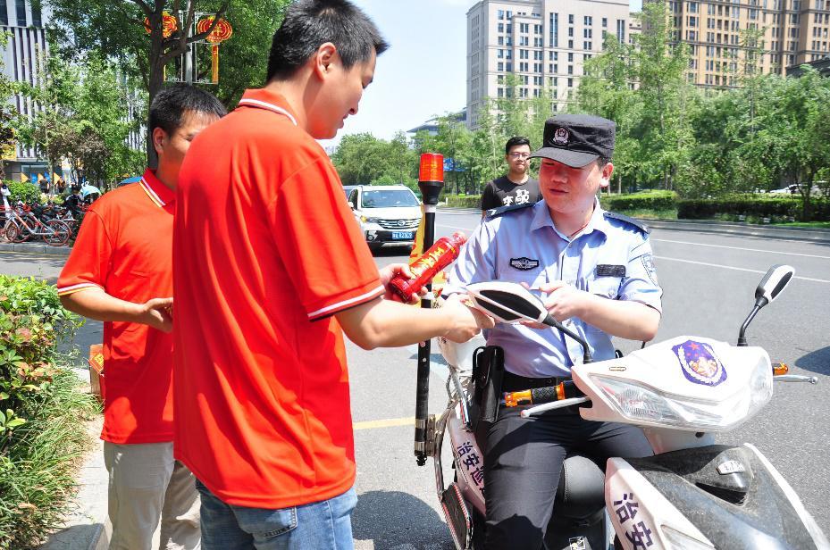 王老吉高温公益致敬汗水浇铸平安的人民卫士