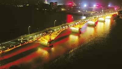 """夜晚,黄杨河上架起两道""""彩虹"""" 斗门区井岸大桥、尖峰大桥亮化工程完工,这四个交通节点也亮了"""