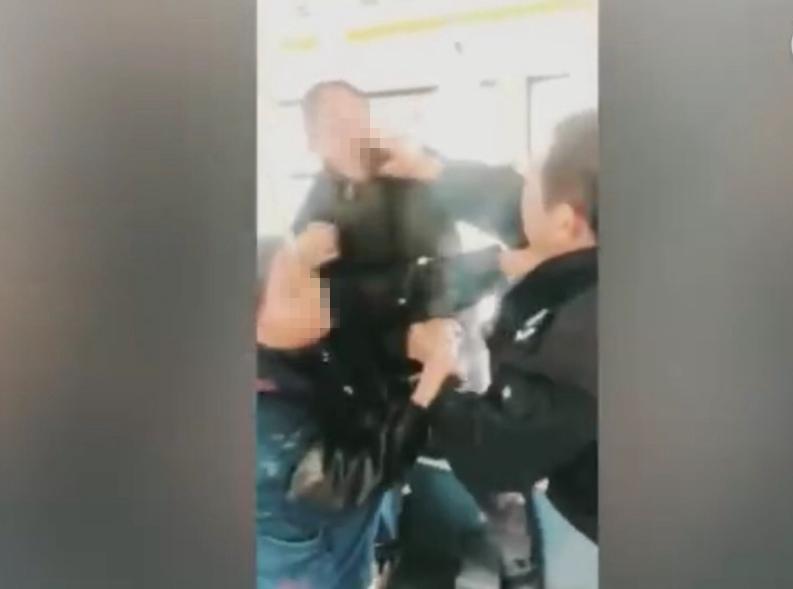 汉中103公交车司机与乘客撕扯 涉事司机回应