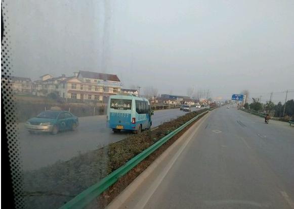 拉车乘客国道上逆行 汉中班车司机领罚200元扣3分