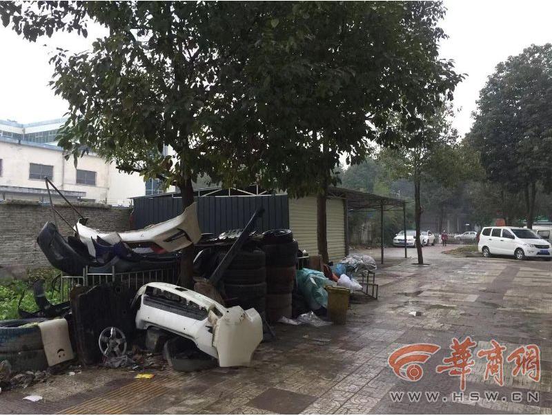 南郑一小区进出道路被洗车店私搭乱建 限5天内拆除