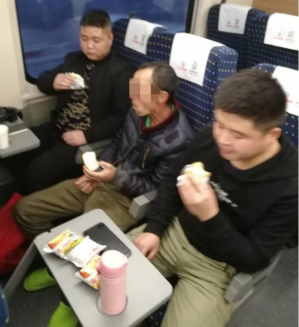 汉台民警千里追逃 列车上过除夕