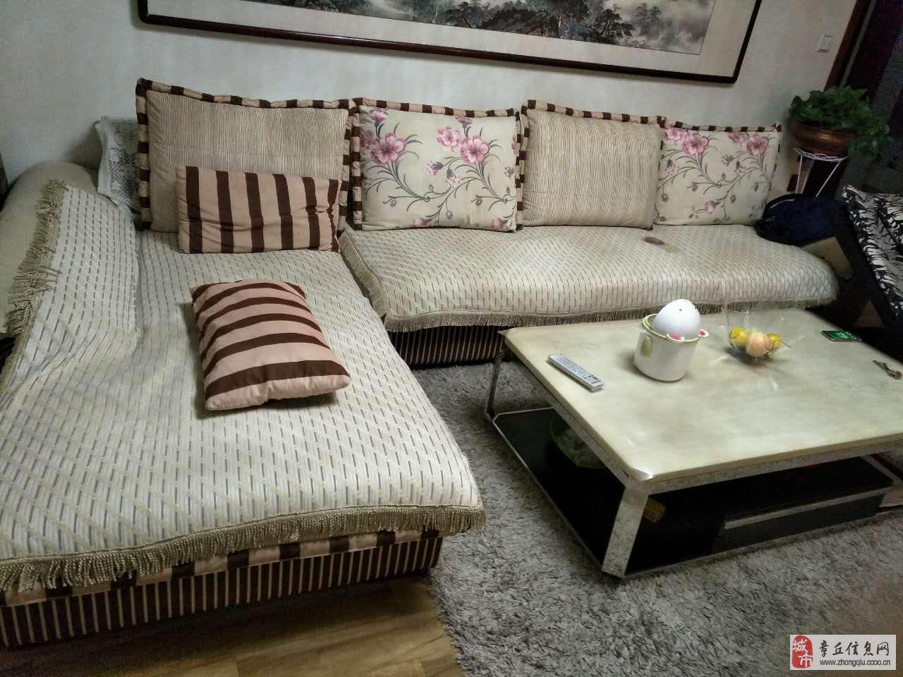 沙发和餐桌和影视柜