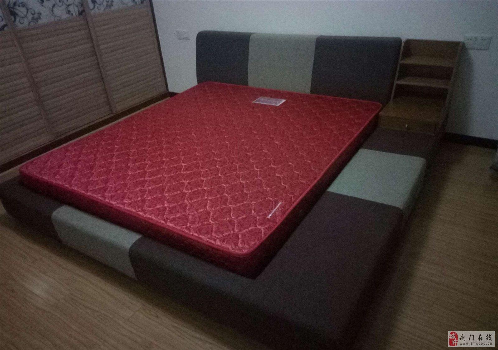 九成新榻榻米床、西餐桌各一套出售.