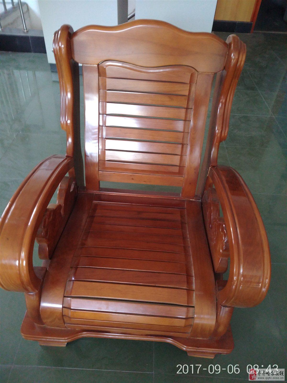 出售九成新单人实木沙发两个,茶几一个