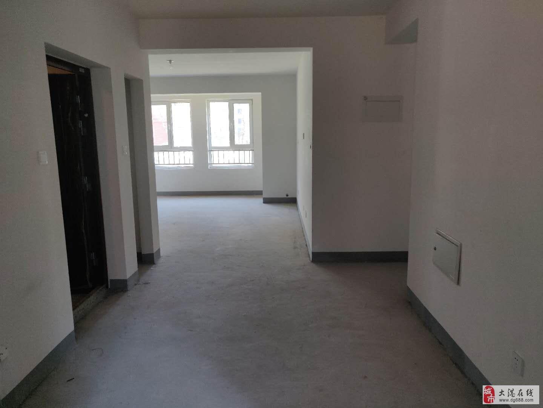 港东新城海诚园小区中间位置一楼三室毛坯房出售随时看房