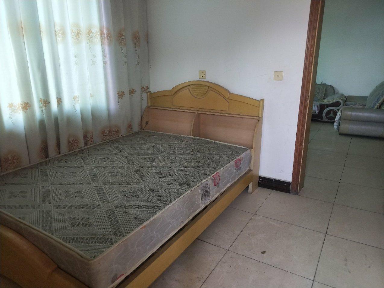 小东街3室2厅2卫20万元。巴士的板