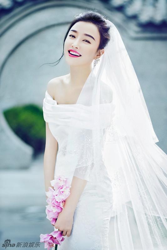 秦岚身披婚纱登封面 古色古香美