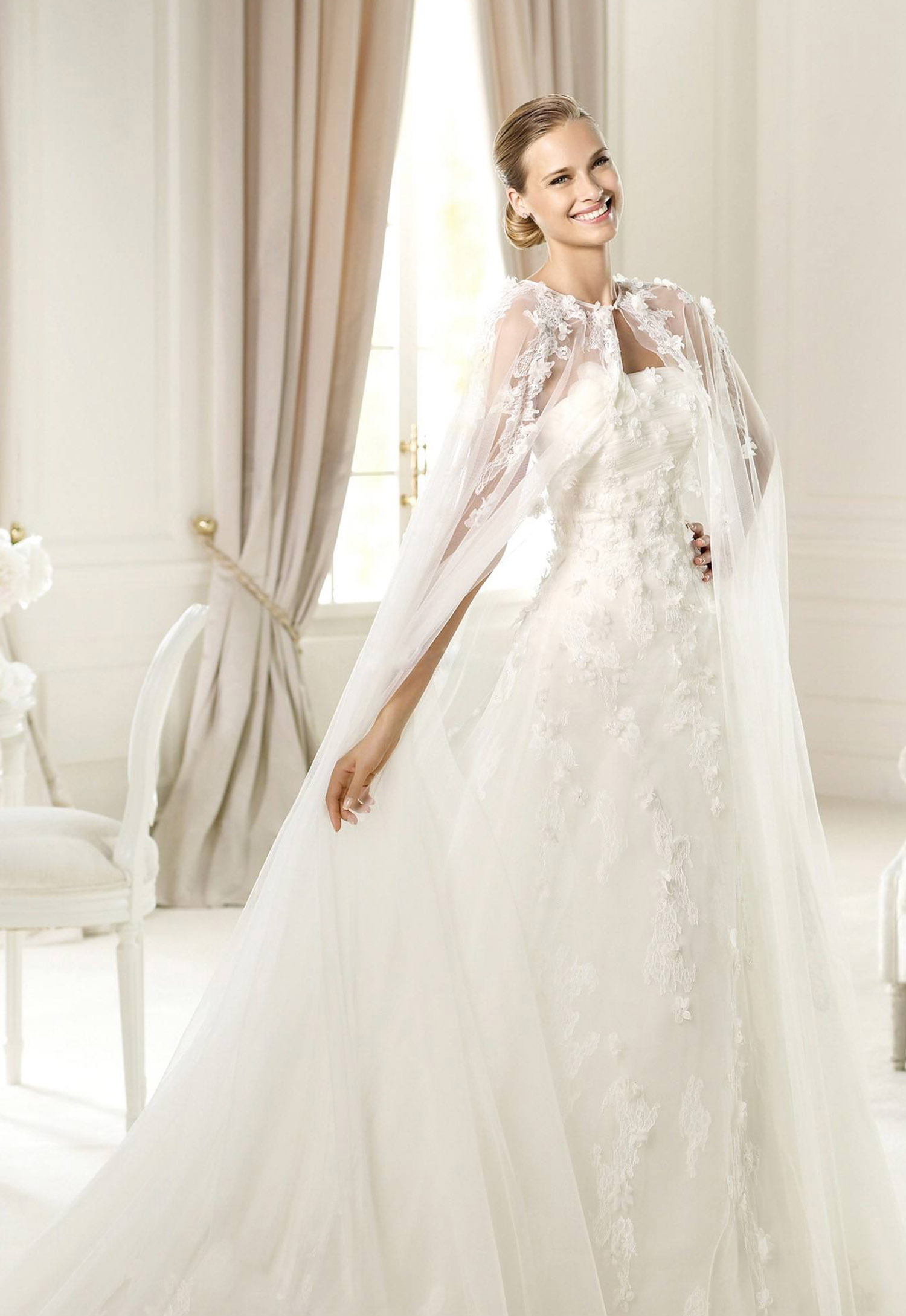 不同款式礼服解析   婚纱披肩在近几年越来越流行,虽然婚纱礼帽等也是