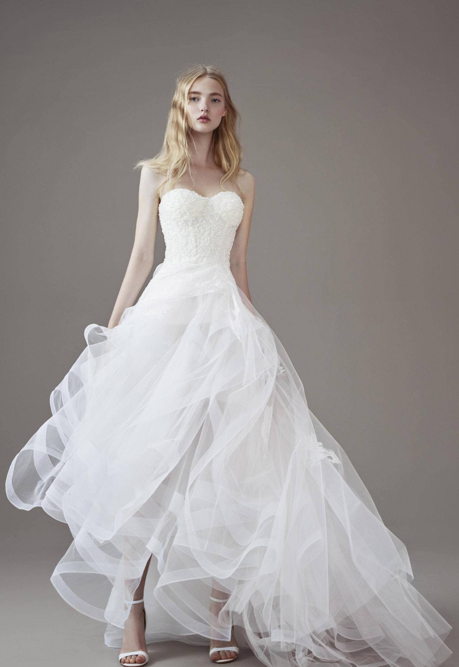 2017婚纱流行趋势8、一字肩婚纱礼服 如果你是个锁骨非常漂亮的新娘,为什么要错过一字领婚纱!一字肩婚纱礼服刚好能展示你完美的肌肤而且有现代时尚的感觉,但又不会太暴露,所以你完全不用担心家长们对于礼服的意见,因为它只会让你更美丽。