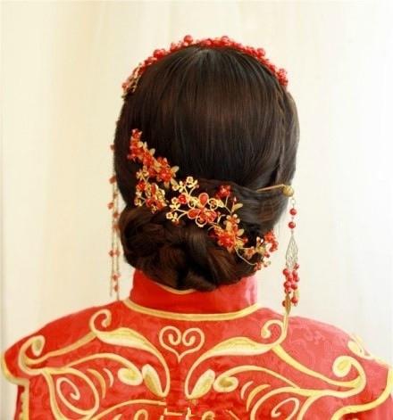 盘发之余,摒弃传统的没有刘海的盘发,采用柔软的斜刘海发型,让新娘