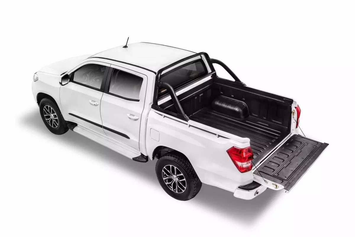 上市价格:9.38-12.08万元 东风御风旗下全新皮卡御风P16近日上市,这是一款定位于工具型的皮卡。外观造型粗犷硬朗。前格栅采用了六边形样式并与两侧的大灯相连,车尾则保持了皮卡车型一贯的方正造型。 新车的中控台造型较为中庸,加入了大量的银色饰条和黑色烤漆面板去进行装饰,座椅则采用黑棕双色搭配,且支持四项手动调节功能。 御风P16目前全系车型搭载的是1.