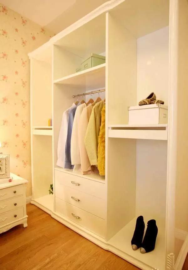 米黄色零碎花墙纸和白色家具架设配天然,浪漫爽快.