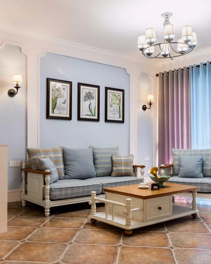 入门即餐厅,收纳全上墙,浅棕色复古地砖与白色收纳柜搭配,简洁大方,蓝色餐椅塑造出休闲且雅致的美式乡村风格。   由于该户型大门靠近电梯口,采光通风都不是特别理想,设计利用缕空的屏风隔断增加通透性。屏风分两部分,下面是收纳空间,上面缕空通透的,增加大门位置的通风采光,既可以把下面的空间利用保证一定的私密性,又不影响采光通风。