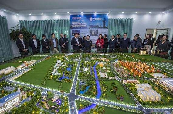 基本情况:足球小镇占地2200亩,建设50片五人制足球场、10片七人制足球场和5片十一人制足球场,足球小镇将囊括足球大厦、足球会议中心、足球风情街、足球博物馆、足球嘉年华、足球狂欢广场、足球奥特莱斯、北京第一座专业足球场等设施。 发展特色:小镇将着重发展足球产业,在建设中引入竞技体育和群众体育高度结合的智能场地技术,引入同步数据分析系统,开发专门的APP,实现网上定场地、约赛,打造京城最大的足球社区,最终建成融合足球竞技、足球文化、足球科技等概念和要素、城市发展和足球发展对接的创新发展平台,形成足球产业