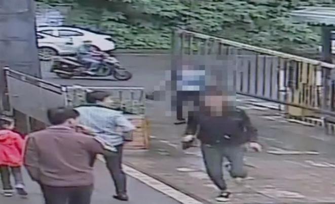 30多名警察封锁乐山一小区,抓获两名嫌疑人!现场堪比大片...