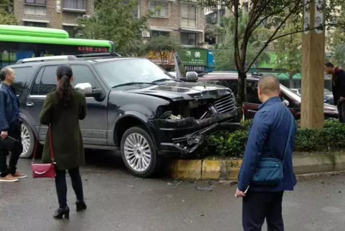 心痛!印象欧城外今早这一撞,连修理费都要二三十万呐!