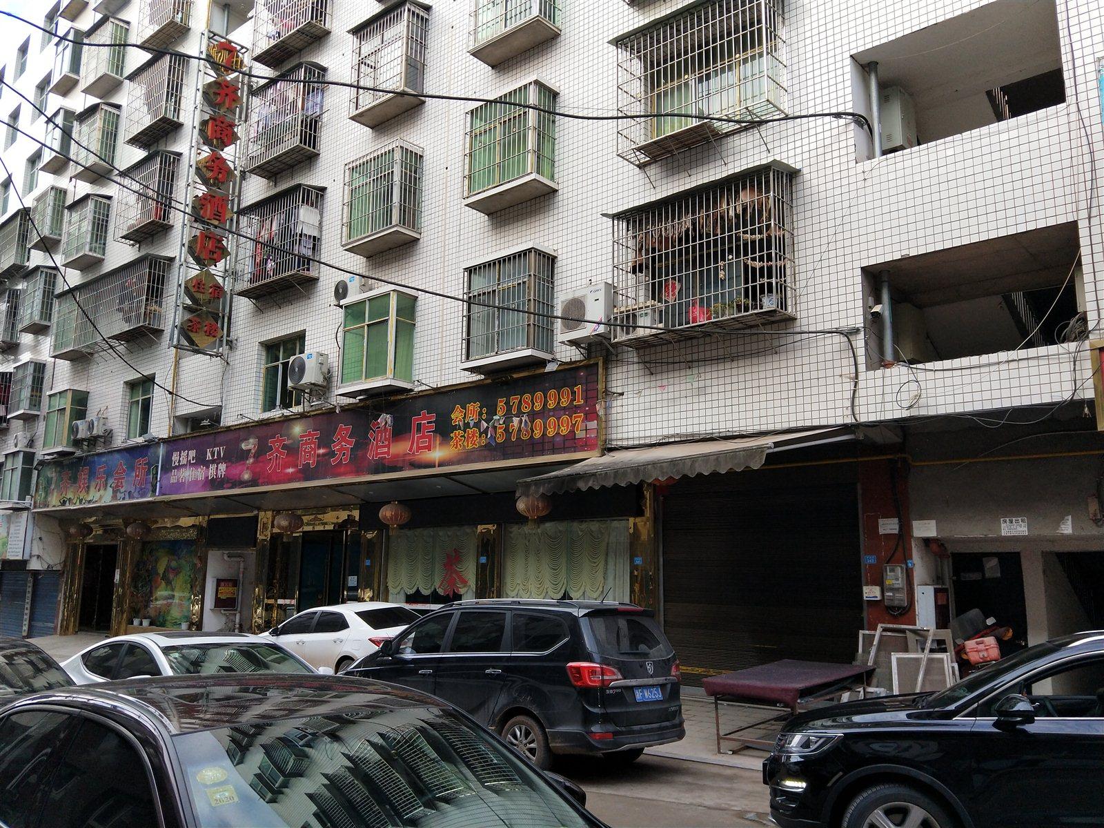 清江岩边街3室 2厅 2卫30万元