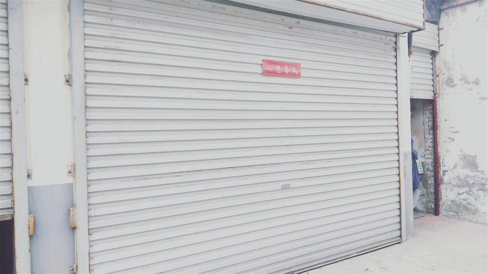 城管二中門口邊車庫