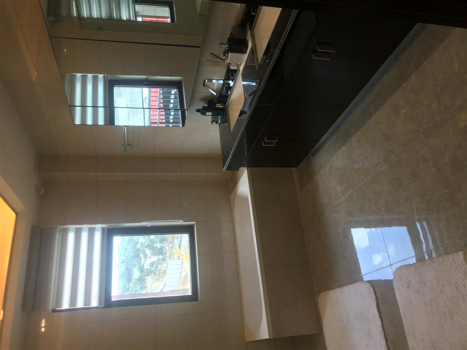 东湖桃园3室 2厅 2卫,七米宽景阳台