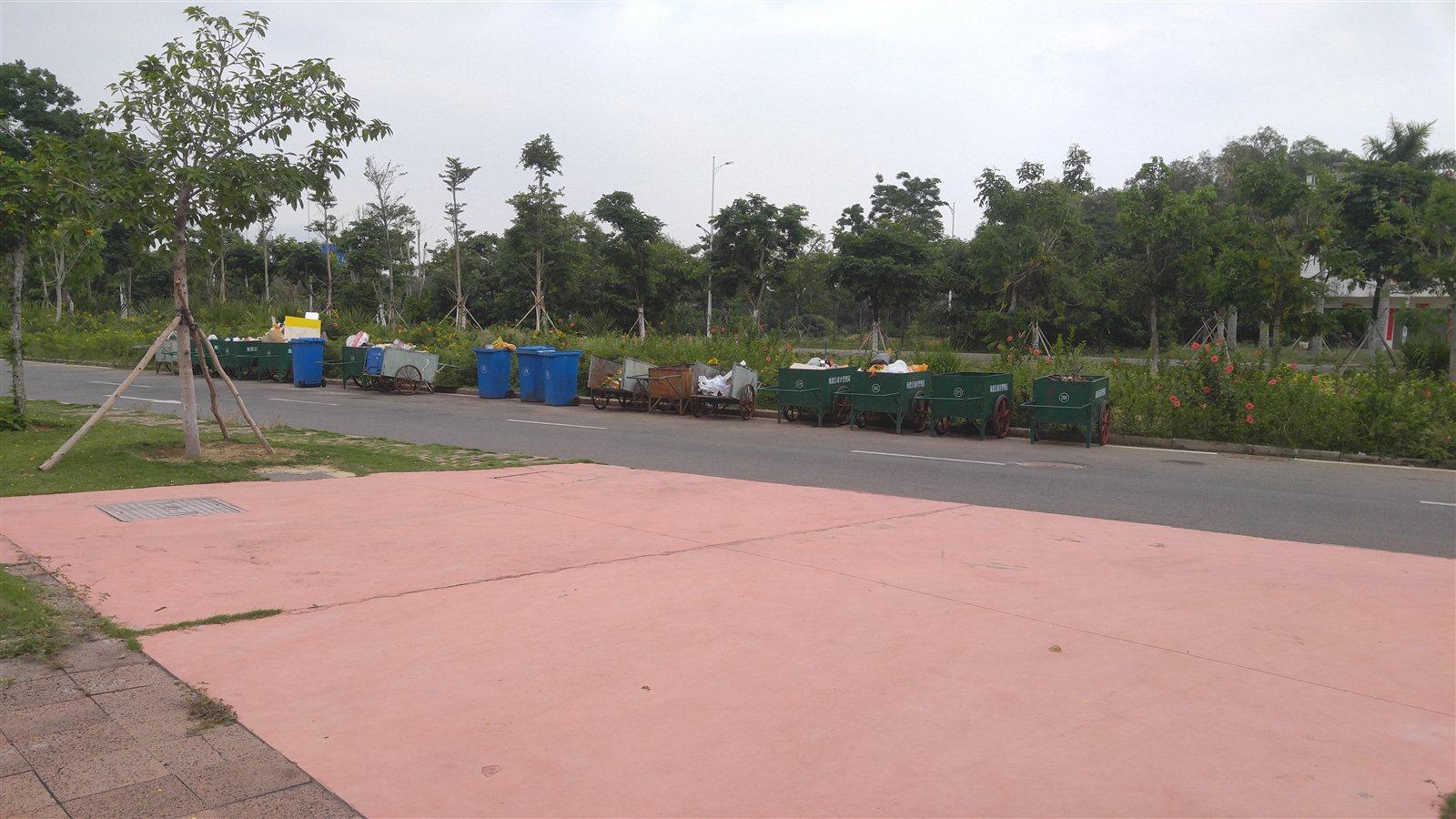海棠湾垃圾大路边放