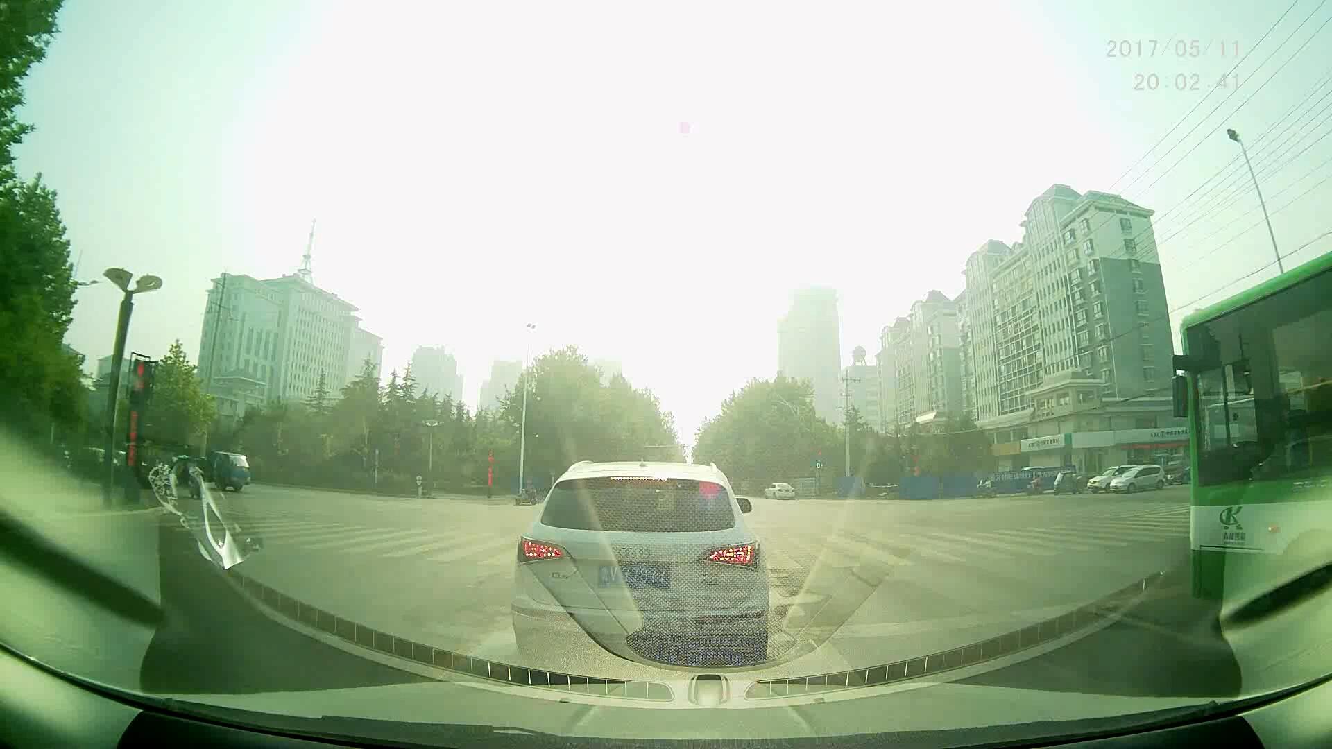 开豪车就可以绿灯不走吗