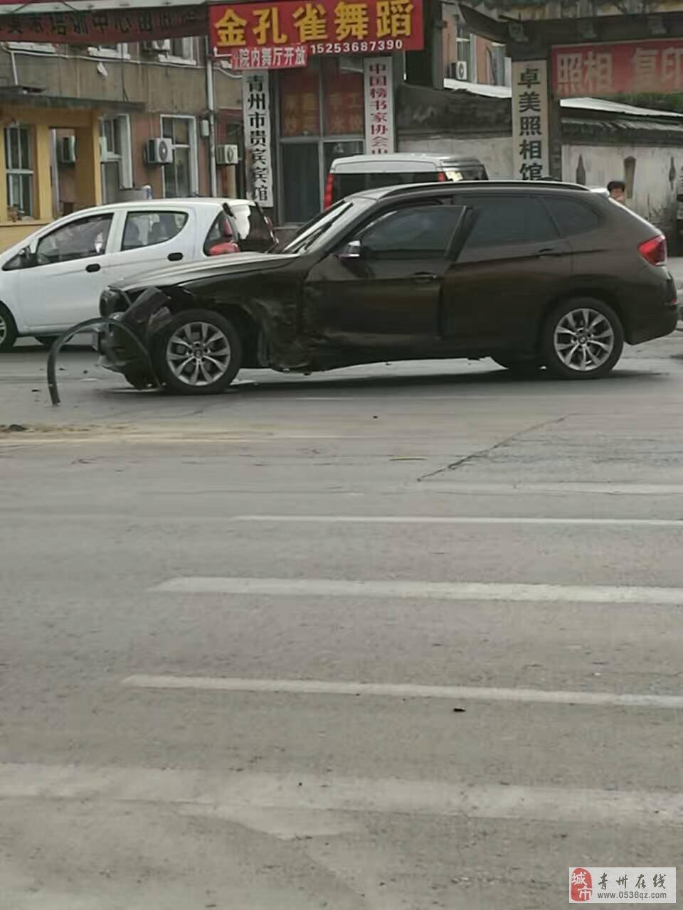 红光路口两豪车相撞