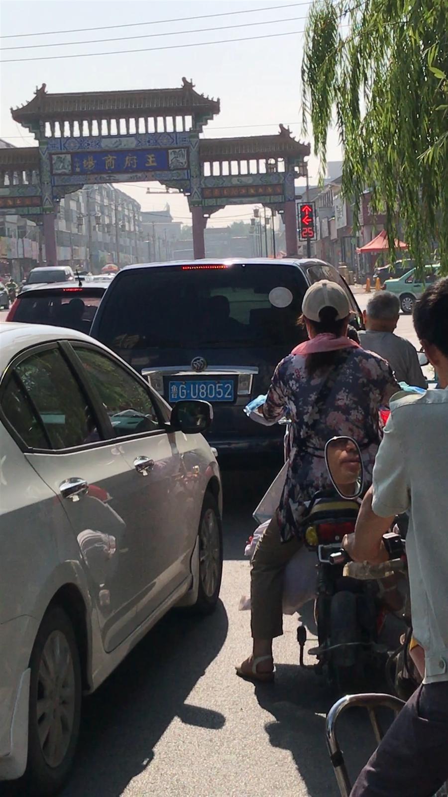 机动车占用非机动车道